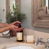 Tekuté marseillské mydlo Les Essentiels na ruky a telo je vyrobené v Provence a jemne čistí pokožku vďaka svojmu biologicky odbúrateľnému zloženiu. 98% zložiek je prírodného pôvodu. 🤍  #durance #durancefrance #provence #madeinfrance #bodycare #cosmetics