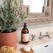 Tekuté marseillské mydlo Les Essentiels na ruky aj telo je vyrobené v Provensálsku a jemne čistí pokožku vďaka 95% prírodnému zloženiu.🤍  #madeinfrance #durance #marseiile #soap #cosmetics #nature #home