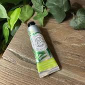 Jemný krém na ruky Sparkling Verbena. Krém obohatený o sladký mandľový olej a včelí vosk zanecháva na rukách hodvábny závoj. Vďaka svojej malej veľkosti ho môžte vziať so sebou kamkoľvek. 30ml  #durance #durancefrance #madeinfrance #verbena #cosmetics #cosmeticlover #bodytreatment #beauty #nature #natureproducts #cosmeticsaddict