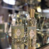 Vônna sviečka a interiérový parfém Macaron Gourmand - labužnícka vôňa tradičných francúzskych makaroniek, s jemnými tónmi mandlí a červeného ovocia, umocnená dotykom vanilky lahodne prevonia vašu domácnosť. Sviečka 180g, parfém 100ml  #durance #durancefrance #home #cosmetics #candleslover #candles #parfume #macaron #interior #madeinfrance #macarongourmet #occubicon #galeriacubicon
