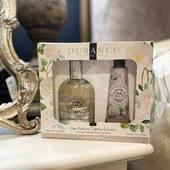 Darčekový set v zložení: parfumovaná toaletná voda & jemný krém na ruky z rady Camélka Éclatant. Púdrová kvetinová vôňa evokujúca elegantnú kaméliu, ktorej dominuje kytica bielych kvetov (jazmín, tuberóza, ľalia), doplnená o tóny vanilkového struku a slzami benzoínu. Cena: 34,90€  #durance#durancecubicon#galeriacubicon#otvorenedenne#drogeria#bratislava#prirodna#durancecosmetic#eshoping#prirodneprodukty#starostlivostotelo#naturelover💚 #edp#edt#toaletnavoda#camelia#kamelia#pardume#coseticslocer#vona#vonazeny#madeinprovence#grignan#france#madeinfrance🇨🇵