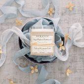 Prísady použité na výrobu tejto sviečky sú starostlivo vybrané tak, aby trvanlivo horeli a zároveň krásne voňali. Doba horenia vonnej sviečky: cca 40h.  #durance #durancecosmetic #scentedcandle #candlelover #home #interior #parfume #madeinfrance #galeriacubicon