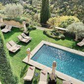 Miesto vo Francúzsku ako stvorené na letný relax, páči sa vám? ☀️  #france #holidays #summer #relax #pool